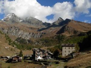 Villagio di Cheneil e il Grand Tournalin - Foto di Gian Mario Navillod.