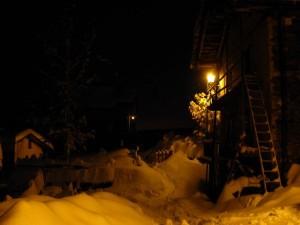 Il villaggio Lieussel di Chamois di notte sotto la neve.  - Foto di Gian Mario Navillod.
