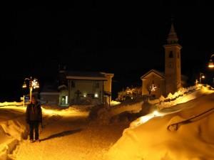 La piazza principale di Chamois di notte sotto la neve - Foto di Gian Mario Navillod.
