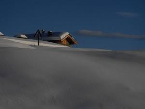 I primi tetti dell'Alpeggio di Comiana in inverno - Foto di Gian Mario Navillod.