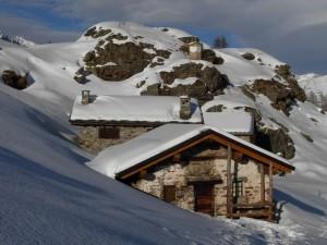 La meridiana e il villaggio di Gilliarey - Foto di Gian Mario Navillod.