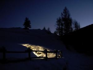 Opera di presa della centralina idroelettrica di Torgnon  sotto la neve - Foto di Gian Mario Navillod.