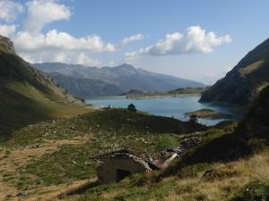 Lago e cappella di Cignana – Foto di Gian Mario Navillod.