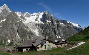 Il Rifugio Bonatti e il massiccio del Monte Bianco - Foto di Gian Mario Navillod.