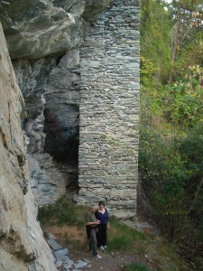 Pilastro del Ru del Pan Perdu di Antey - Foto di Gian Mario Navillod.Pilastro del Ru del Pan Perdu di Antey - Foto di Gian Mario Navillod.