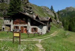 Le case di Goilles Desot a monte delle cascate di Lillaz - Foto di Gian Mario Navillod.
