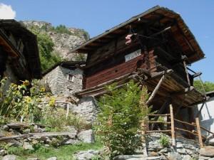 Il grenier di Mont Mené visto dal basso - Foto di Gian Mario Navillod.