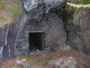 Ingresso superiore della miniera di rame di Triatel/Fiernaz - Foto di Gian Mario Navillod.