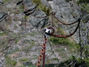 Passaggio escursionistico attrezzato sul sentiero da Antey a Triatel - Foto di Gian Mario Navillod.