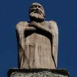 Statua lignea sul tetto dell'Eremo di Saint-Evence - Foto di Gian Mario Navillod.