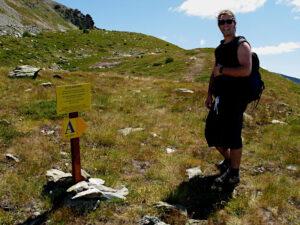André Navillod sul sentiero per il villaggio dell'età del ferro del Tantané - Foto di Gian Mario Navillod