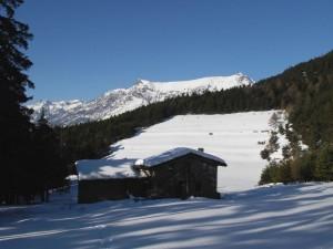 Il Centro Ecosostenibile di Lavesé sotto la neve con la cima Longhede sullo sfondo - Foto di Gian Mario Navillod.