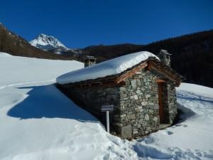 Il forno comunitario di Suisse sotto la neve, sullo sfondo il Monte Tantané - Foto di Gian Mario Navillod.