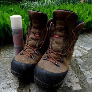 Vecchi scarponi e spray impermeabilizzante - Foto di Gian Mario Navillod.