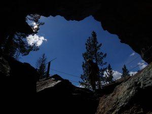 La bocca della Grotta Alta in Valmeriana: santuario astronomico o sito di estrazione medievale? - Foto di Gian Mario Navillod