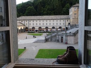 La finestra del pellegrino al Santuario di Oropa – Foto di Gian Mario Navillod.