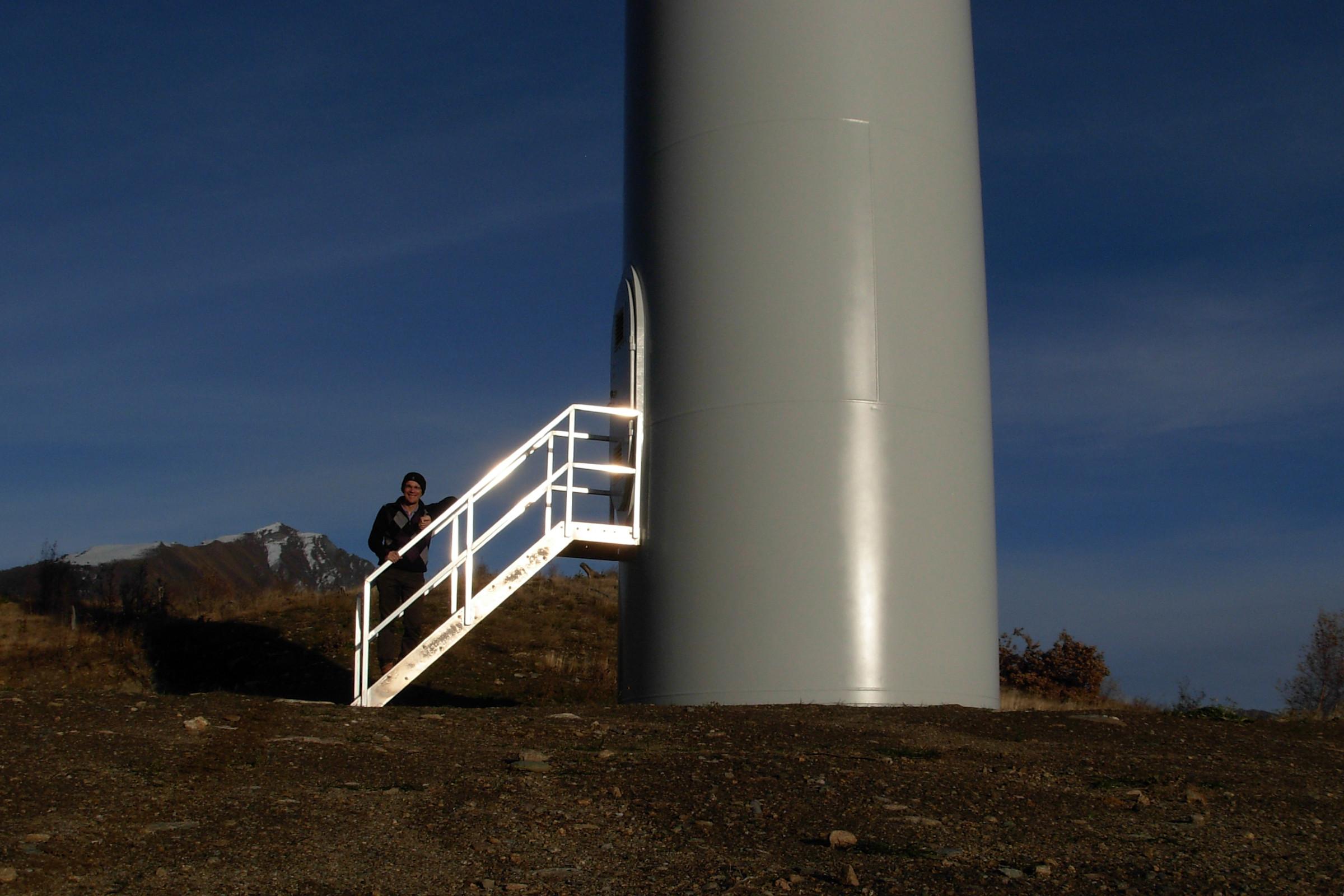 La scaletta della pala eolica di Saint-Denis - Foto di Gian Mario Navillod