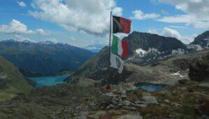 Le bandiere del rifugio Perucca-Vuillermoz - Foto di Gian Mario Navillod.