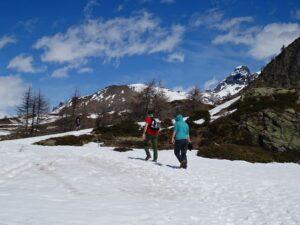 A piedi verso i laghi di La Magdeleine al disgelo - Foto di Gian Mario Navillod.
